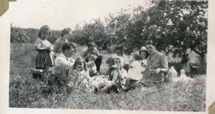 Les familles Pelletier et Perron en pique-nique au verger du Platin, vers 1942. Coll. famille de Louis Pelletier
