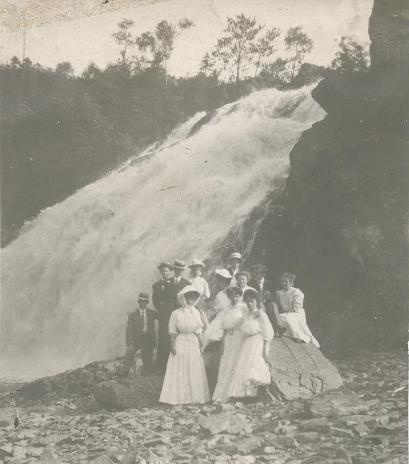 D'élégants touristes photographiés au pied de la Grande Chute, en 1907. Coll. Yves Lebel